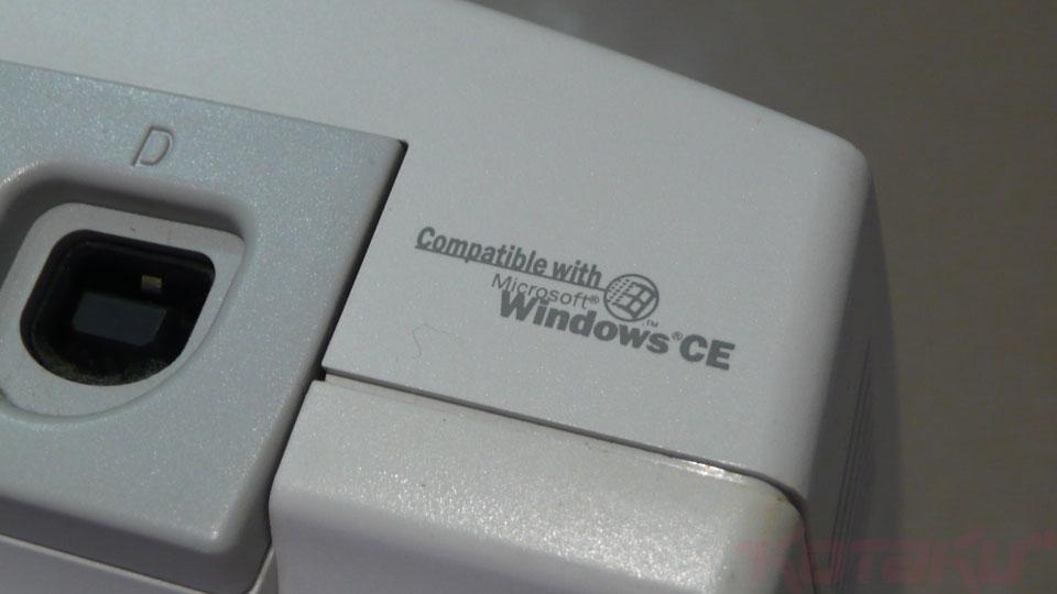 No corpo do Dreamcast no lado direito, existia a referência ao Windows CE