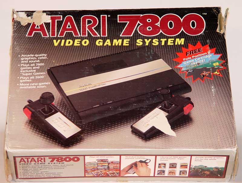 Caixa do Atari 7800, que no lado esquerdo mostrava como destaque a compatibilidade nativa com o Atari 2600
